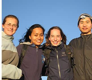 Lehrer mit den Schülern an der Spitze des Vulkan Baru