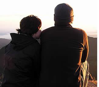 Overweegt de zon komen na de wandeling naar de top van de vulkaan Baru