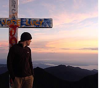 Aan het kruis op de top van de vulkaan Baru